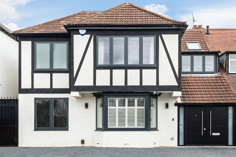 house-extension-gantshill-facade-double-front-door-white-render-black-details-scaled-min