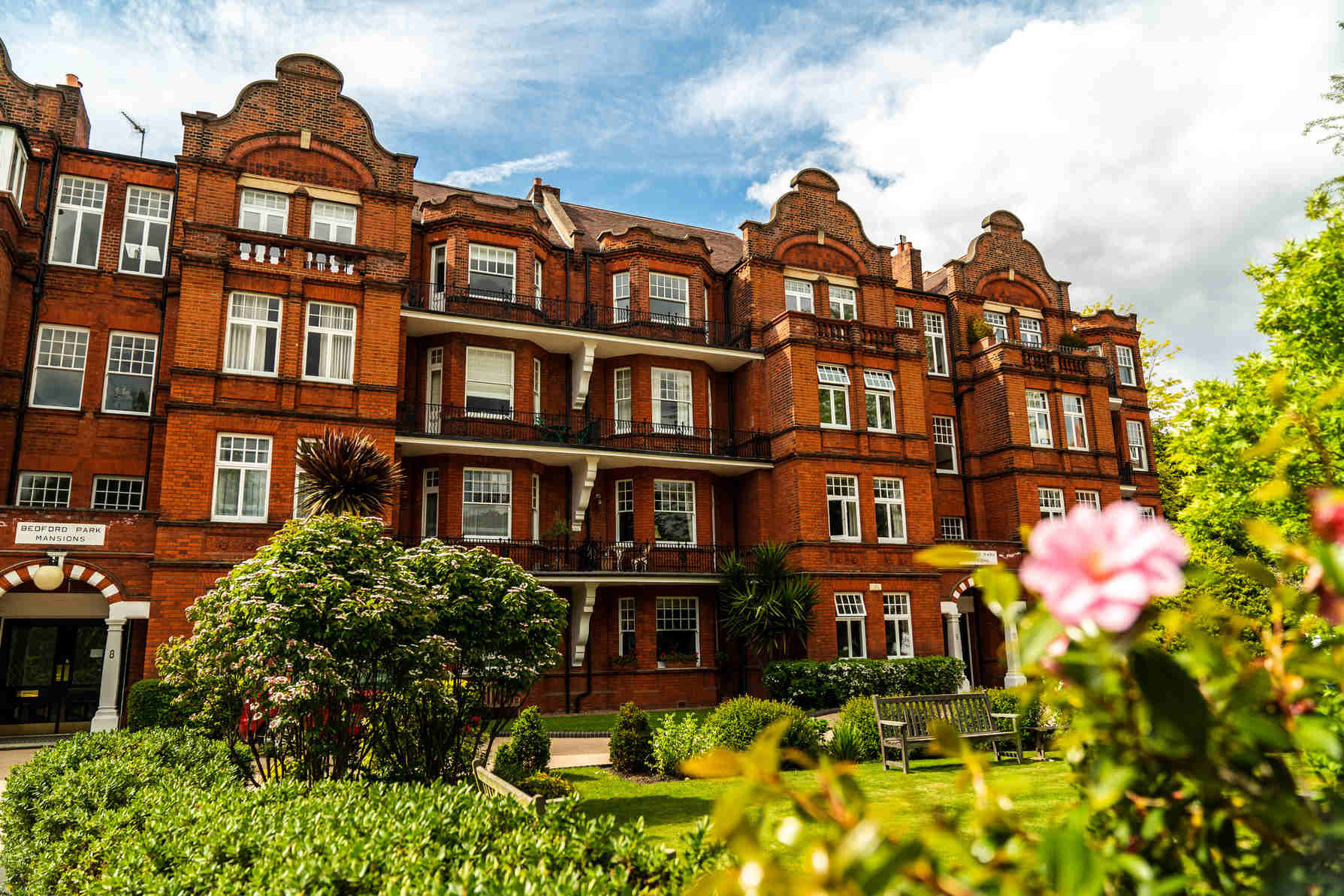BPM3084 Victorian Penthouse London Chiswick Facade Red Bricks Flowers Gardens_Y
